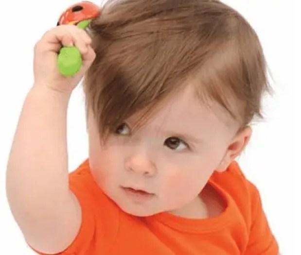 العادات الخاطئة التي تؤدي إلى تساقط شعر الطفل والصلع المبكر