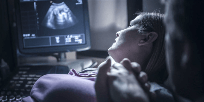 هل عمل السونار المسحي للتشوهات له خطورة على الجنين؟