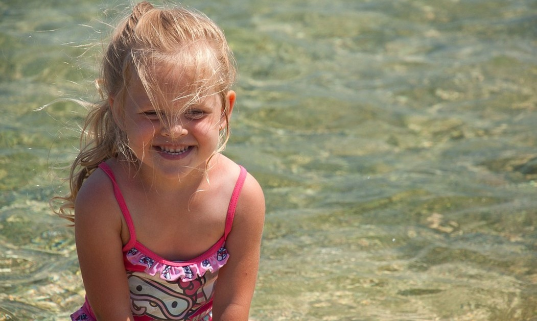 حماية شعر طفلك من الشمس والكلور والمياه المالحة في المصيف