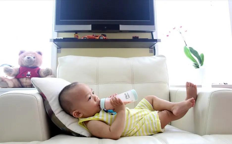 متى يجب تغيير زجاجة الحليب وحلمات الرضاعة وكرسي الطفل ؟