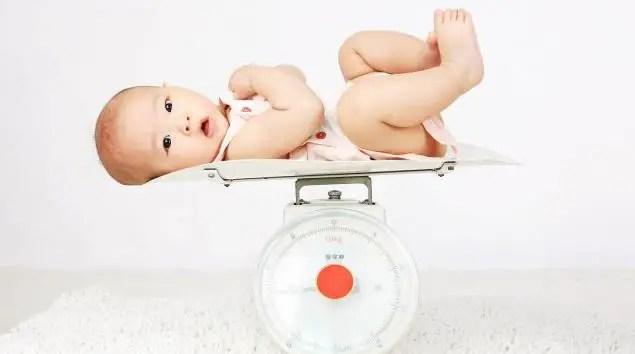 لماذا تضعف مناعة طفلي الرضيع في الجو الحار ؟ ونصائح طبية لتجنب ذلك