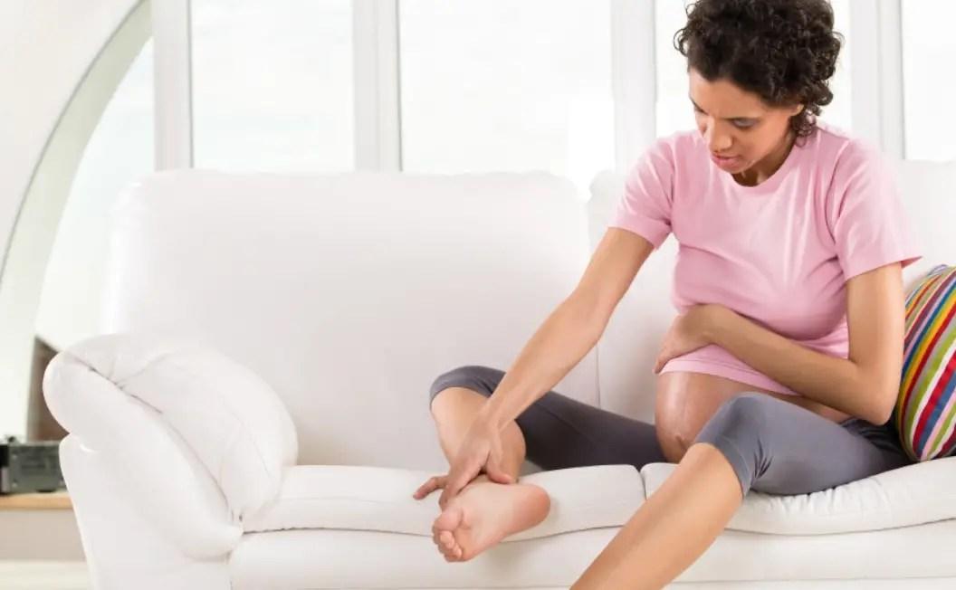 دوالي الساقين مع الحمل .. الأسباب والأعراض وطُرق العلاج