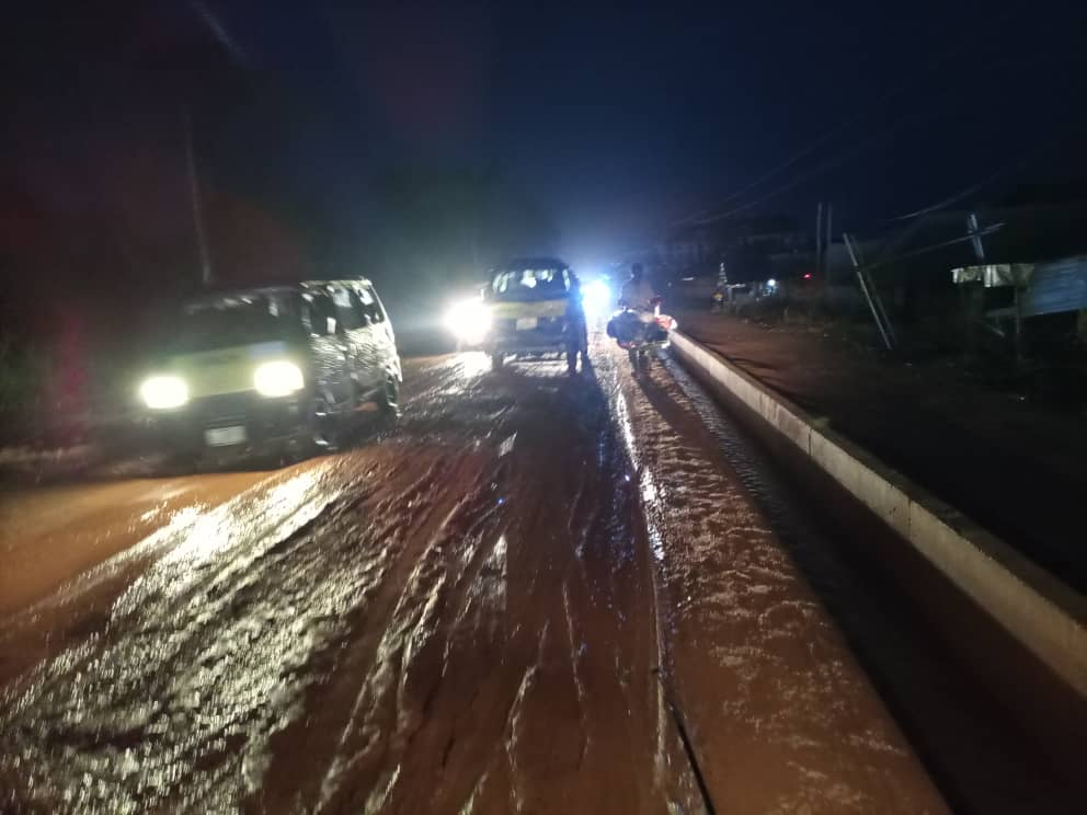 HEAVY RAIN HITS NEKEDE:POLY:IHIAGWA ROAD; CONSTRUCTION IN SLOW SPEED, DRAINAGES BLOCKED