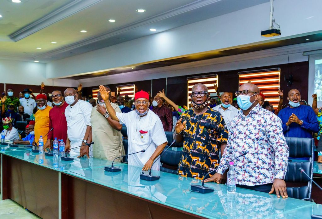 Governor Hope Uzodinma receives the Mbaitolu stakeholders