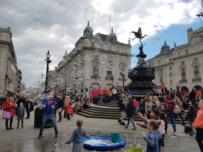 A street performer making kids happy with soap balls in Piccadilly Circus, London. The S7 camera's color range is nothing short of impressive.