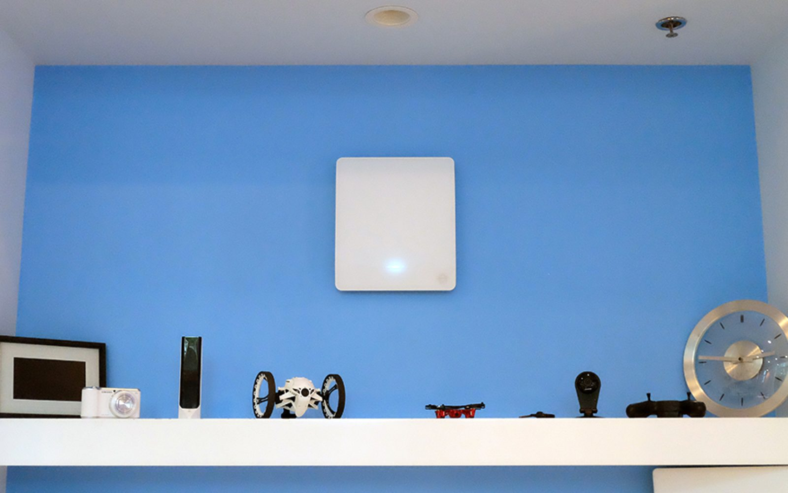 iPad-controlled wireless power system charges devices via WiFi up to 20 feet away