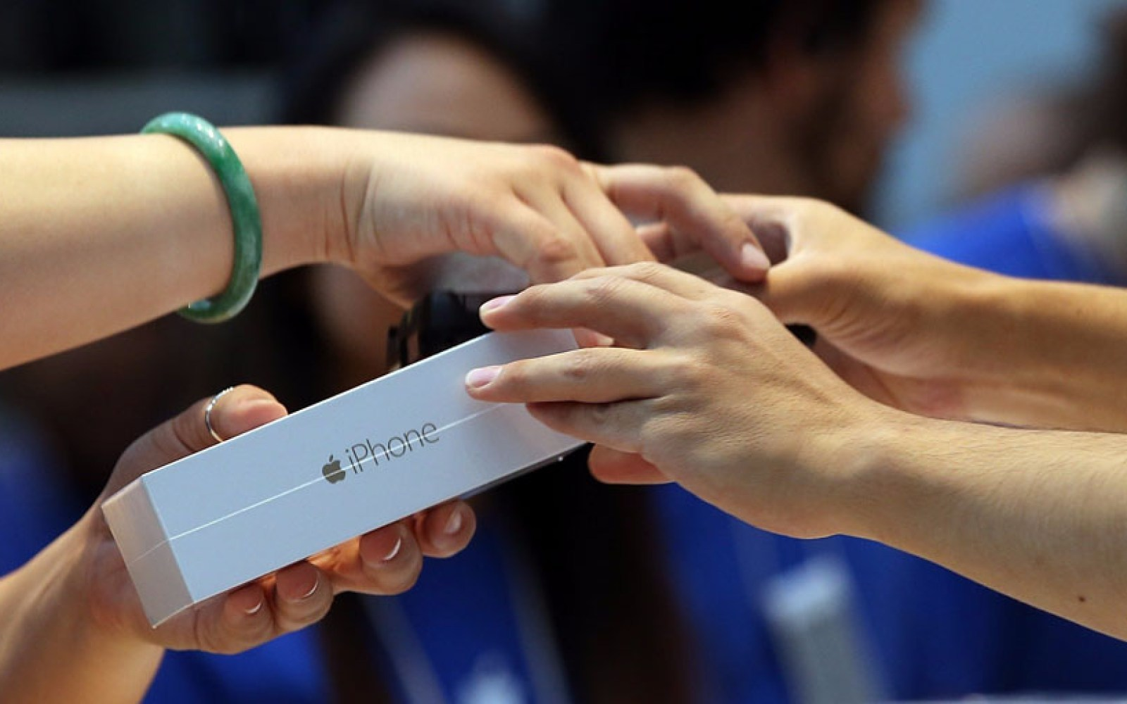 Apple predicting record holiday quarter earnings after quarter trillion dollar year