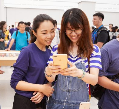 nso-taipei-opening-iphone-customer