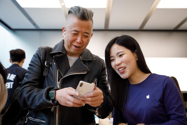 iPhoneX-Launch-Shanghai_customer-selfie-camera_20171102