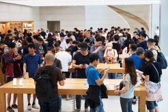 iPhone-Xs-Apple-Watch-Series-4-Availability_OrchardRd-Singapore-crowd_09202018