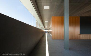 08-interior-vestíbulo-acceso-desde-campus-_-RODRIGO-ALMONACID-c-r-arquitectura