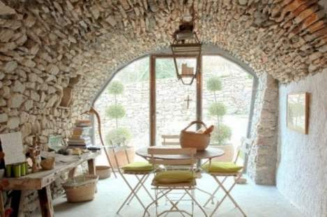 Italian farmhouse decor goes minimalist the new rustic for Farmhouse interior design characteristics