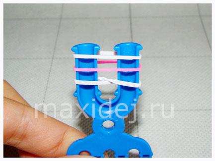 A gumiból származó szövés: figurák kezdőknek a hernyókra és a gépre fotókkal