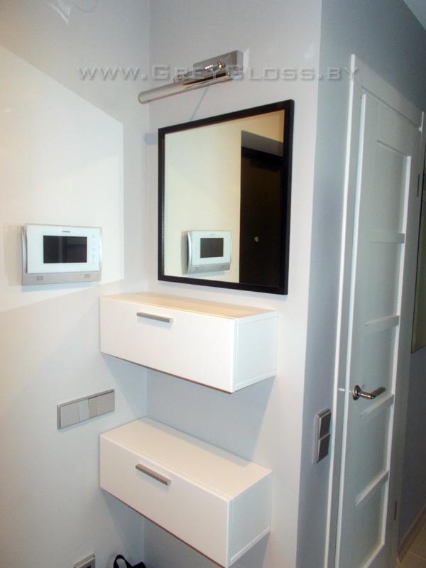 Навесные шкафчики и зеркало в прихожей