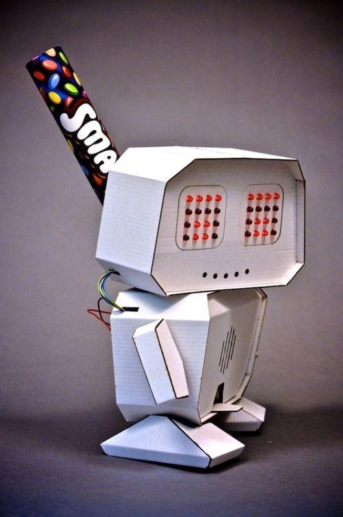 робот из картона с диодами