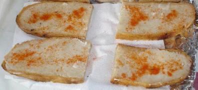 kruh s masti i crvenom paprikom