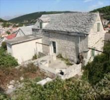 stara kuća sa kamenim krovom