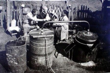 tradicionalno pečenje rakije i igre uz posao