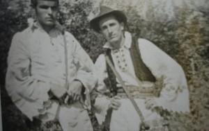 Momci rade u polju u tradicionalnim narodnim nošnjama