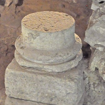 1280px-Archaelogical_crypt,_base_of_third_century_column