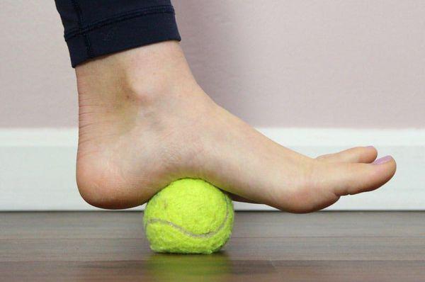 نورد یک توپ تنیس با یک قسمت نصب شده از پا