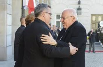 photo, President Rivlin of Israel and President Komorowski of Poland embrace