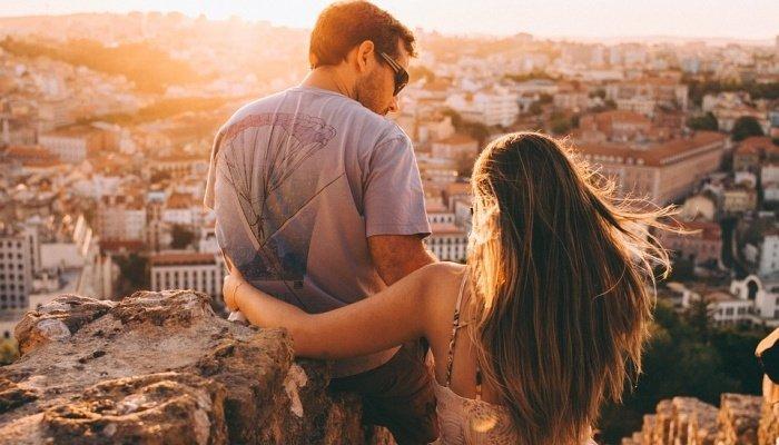 Dziewczyna przytula faceta na tle miasta