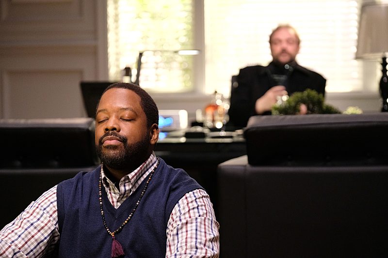 """Supernatural -- """"Rock Never Dies"""" -- SN1207b_0187.jpg -- Pictured (L-R): Kadeem Hardison as Russell Lemmons and Mark Sheppard as Crowley -- Photo: Robert Falconer/The CW -- © 2016 The CW Network, LLC. All Rights Reserved"""