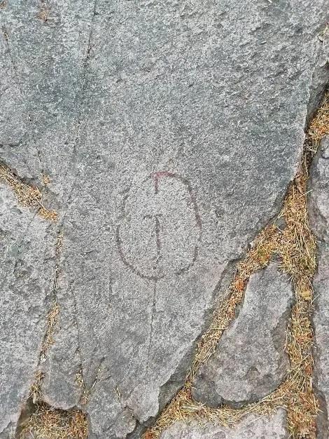 Petroglifo de un símbolo que representa a un dios