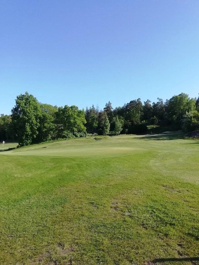 Svea y Pablo - Uno de los hoyos característicos del campo de golf Ronneby GK