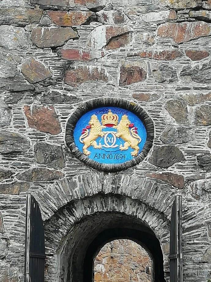 Svea y Pablo - Escudo de la puerta principal de la fortaleza de Carlsten