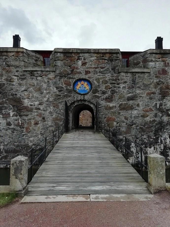Svea y Pablo - Puerta principal de la fortaleza de Carlsten