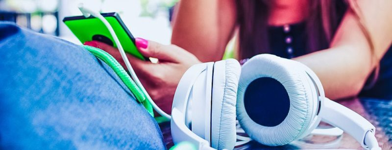 headphones-music-playing-smartphone-girl-woman-cables-stlye-cool