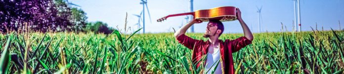 Alligatoah_-_Pressefoto_2015_-_4_Crops Corn Outside Shot Press Guitar