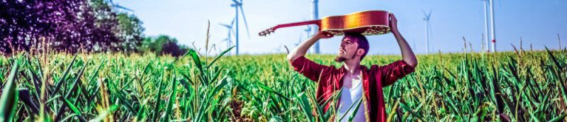 Alligatoah_-_Pressefoto_2015_-_4_Crops Corn Outside Shot Press Guitar