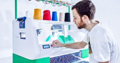 4_Kniterate_machine_lateral_person_knitting-design-automated-printing-clothes-fabrics-software-controller-sharing-internet-man-operating-design-monetize-selling-community