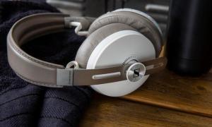 MOMENTUM 3 Wireless Sandy White Product mood shot 15 07 191332crop RT