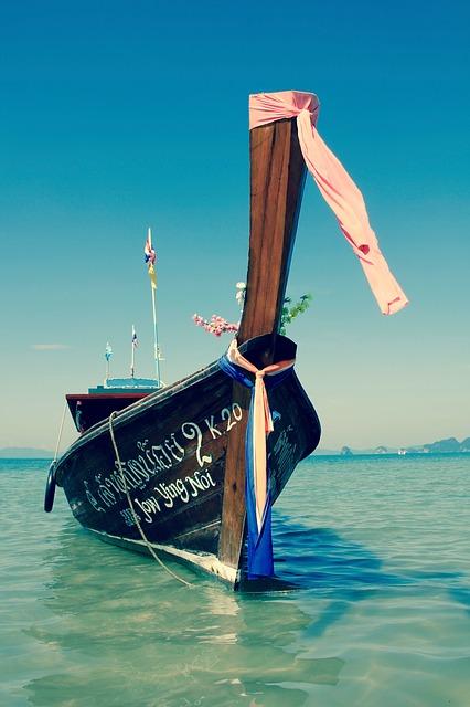 Auf dem kristallklaren Wasser macht eine Bootstour gleich noch mehr Spaß