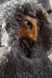 Maskierungen um Tote abzuschrecken
