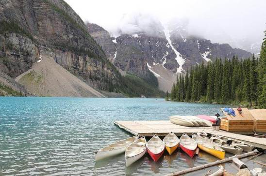 Boote auf dem Moraine lake in Kanada