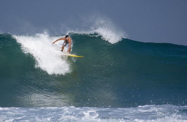 Ein Surfer aus Australien reitet auf einer Welle.