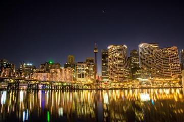 Der Hafen von Sydney in Australien leuchtet in der Nacht