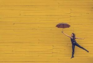 傘を持ってジャンプする女性