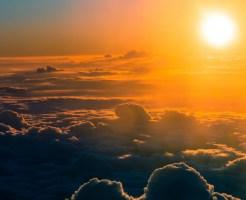 雲の上から太陽