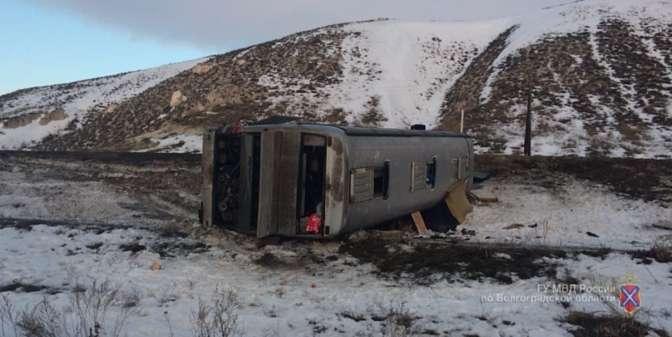 Автобус спаломниками перевернулся под Волгоградом