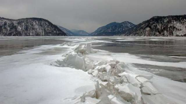 Вертолет с пятью людьми на борту пропал над озером на Алтае