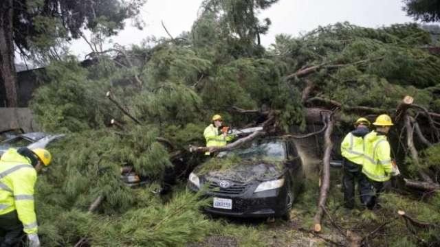 Ливни и ураганный ветер обрушились на Калифорнию есть жертвы