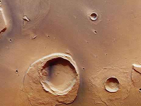 Ученые считают что края кратера Вустера могли быть подточены древними потоками воды