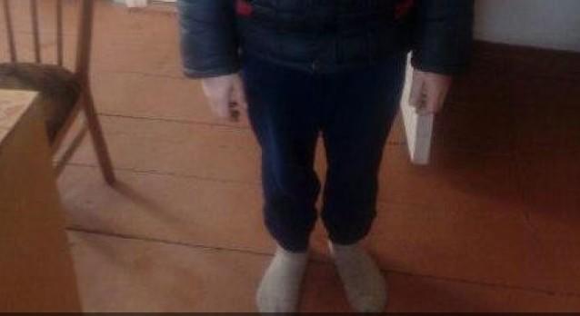На Алтае мать отправила ребенка в школу босым и без шапки