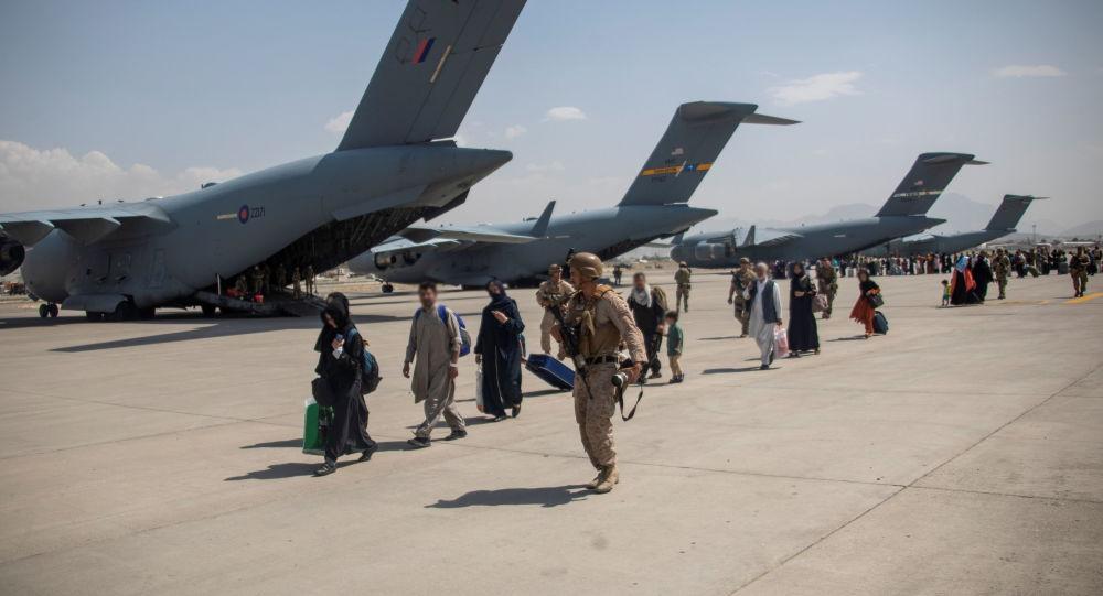 Борис Джонсон клянется, что Великобритания продолжит эвакуацию «до последнего момента», несмотря на смертоносное нападение на Кабул